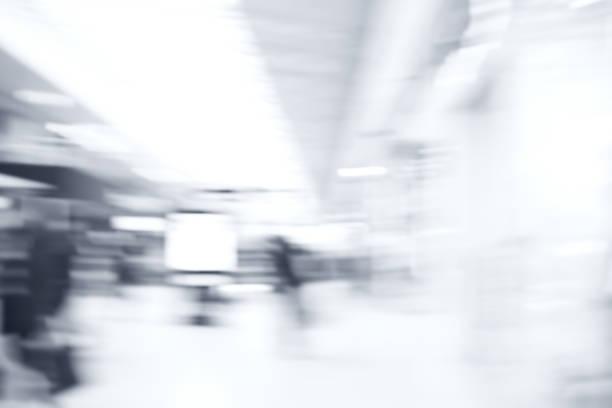 quelques personnes à travers le centre commercial - lieu générique photos et images de collection
