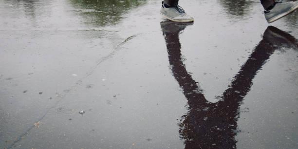 Zu Fuß Student auf einem Campus. Reflexion. Regentag – Foto