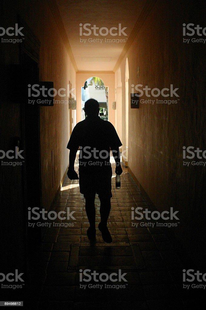 Piedi attraverso un corridoio scuro foto stock royalty-free