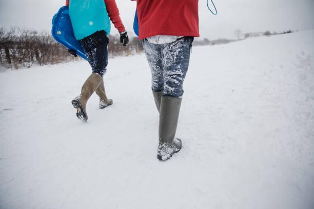 ein spaziergang durch ein schneebedecktes feld zusammen - schuhe auf englisch stock-fotos und bilder
