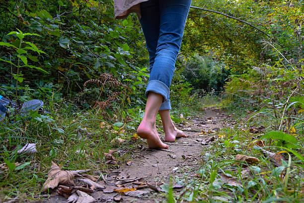 a piedi attraverso la foresta - scalzo foto e immagini stock