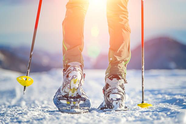 Fuß mit Schneeschuhen in Bergen – Foto