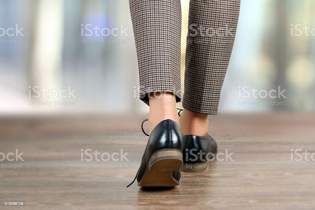 Fuß Frau Beine in schwarzen Schuhen auf dem Boden – Foto