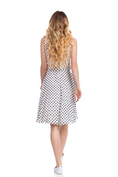 poca mujer en vestido blanco de verano y zapatillas retrovisor - chica rubia espaldas fotografías e imágenes de stock