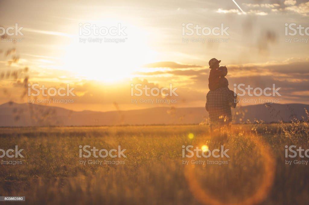 Caminatas durante puesta del sol - foto de stock