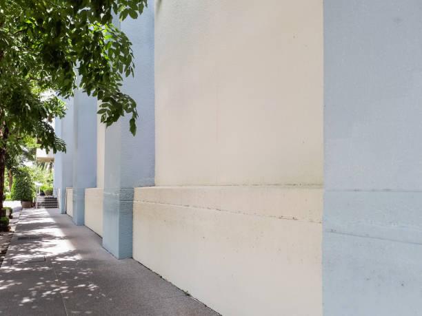 fußgängerweg - garagen pergola stock-fotos und bilder
