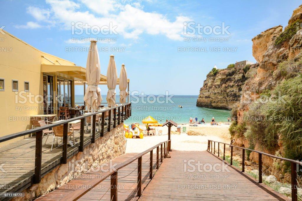 Walkway to Praia da Senhora da Rocha - Beach near Lagoa Algarve Portugal - fotografia de stock