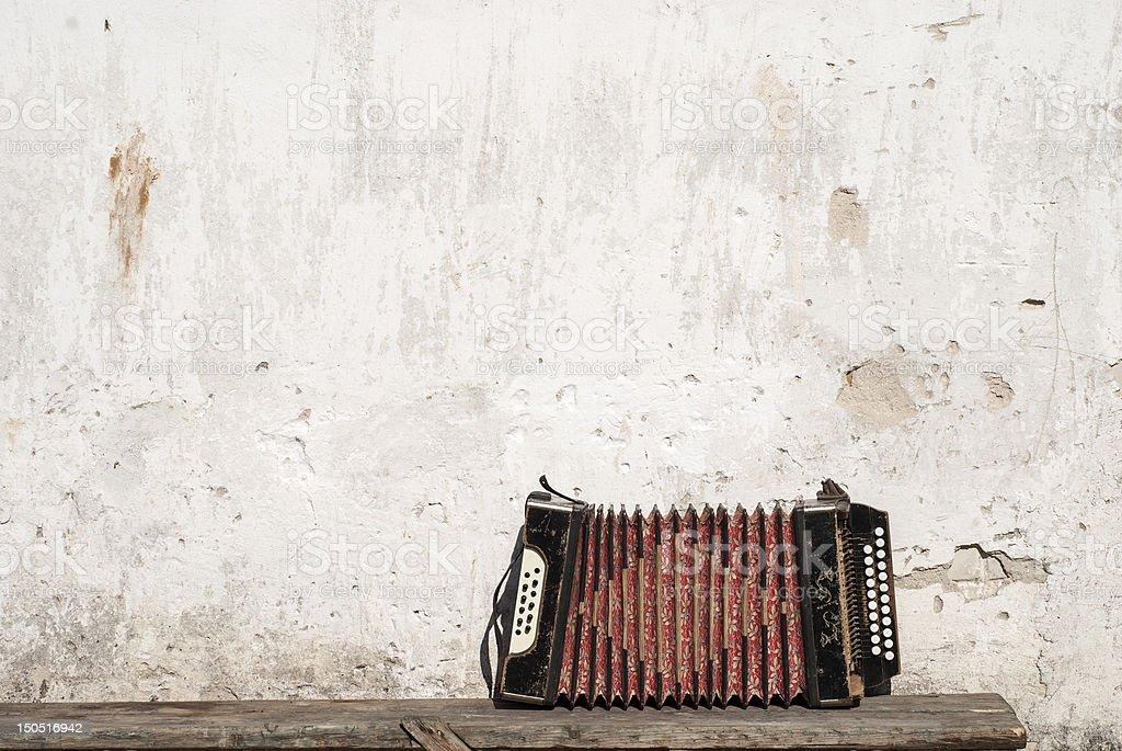 Wand und Akkordeon auf der Bank im Hintergrund – Foto