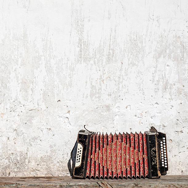 Wand und Akkordeon auf der Bank – Foto
