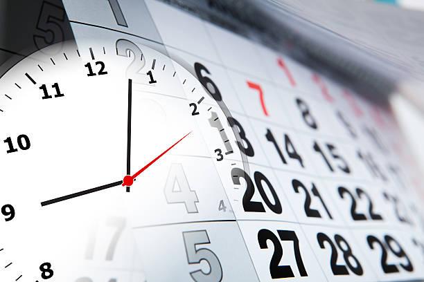 calendrier mural avec le nombre de jours et radio-réveil - calendrier digital journée photos et images de collection