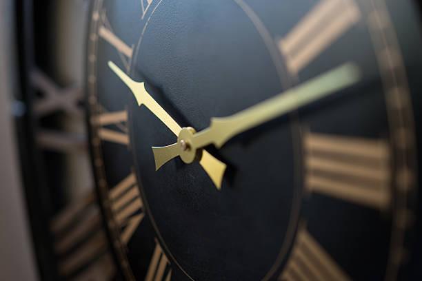 reloj de pared macro - wall clock fotografías e imágenes de stock