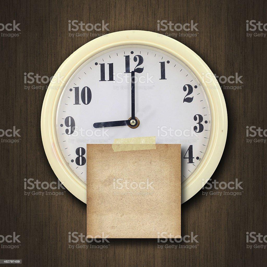 wall Uhr auf dem Holz Hintergrund – Foto
