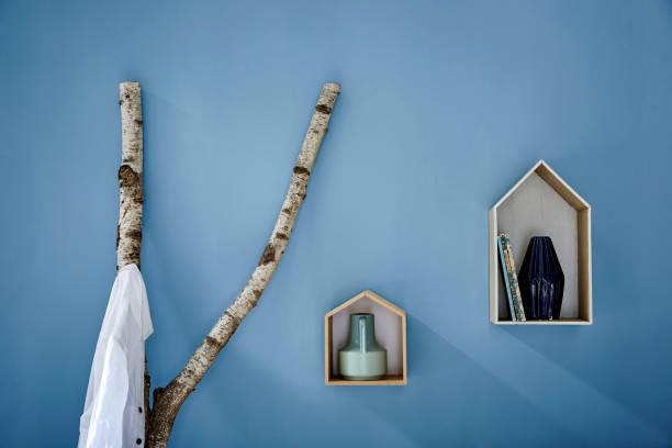 wanddekoration birke zweig kleiderschrank und vogelhäuser - garderobenhaken stock-fotos und bilder