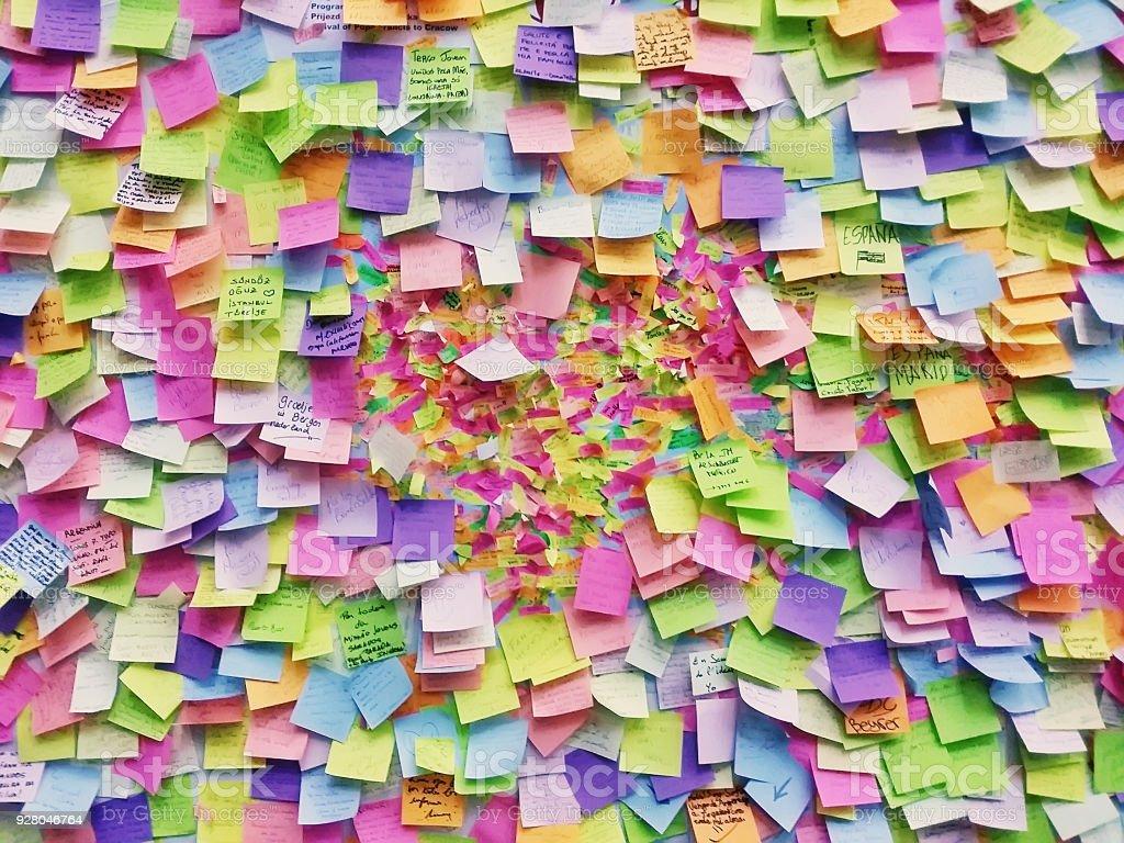 Parede cheia de multi colorido adesivos papéis, Praga foto de stock royalty-free