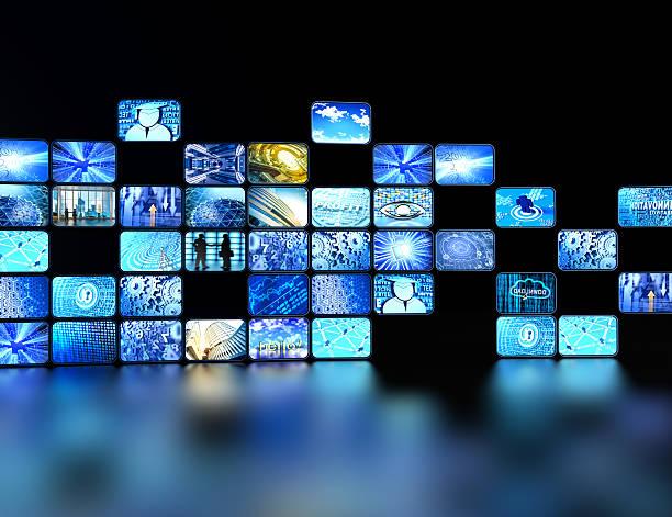 Pared hecha de pantallas digitales reflejado en el piso - foto de stock