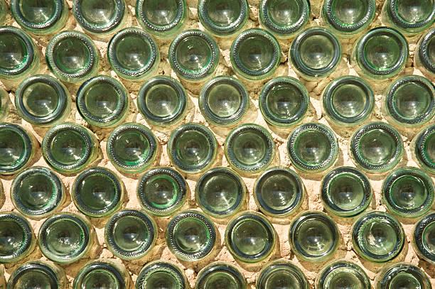 wand aus grünem glas-flaschen - recycelte weinflaschen stock-fotos und bilder