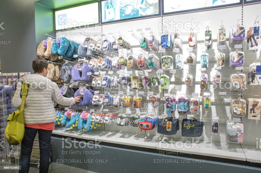 Parede de tudo o que você esqueceu em loja no Aeroporto Internacional de Keflavík, Islândia - foto de acervo
