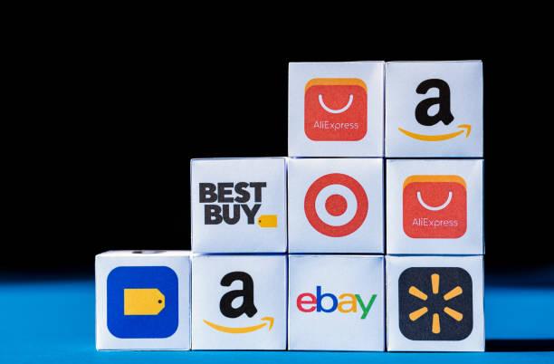 Eine Wand aus Würfeln mit E-Commerce-Firmenlogotypen – Foto