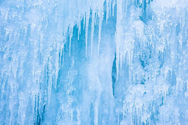 Wand an Eiszapfen – Foto