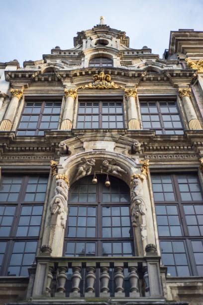 wall of medieval gothic city hall in grand place - königin kopfteil stock-fotos und bilder