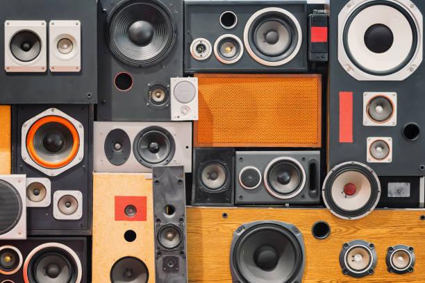 wall of retro vintage style music sound speakers - altoparlante hardware audio foto e immagini stock