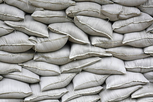 wand of sandsäcke - sandsäcke stock-fotos und bilder