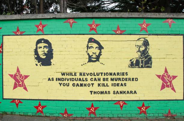wandmalerei wandgemälde revolution in belfast während tag des herbstes zu fördern - imperialismus stock-fotos und bilder
