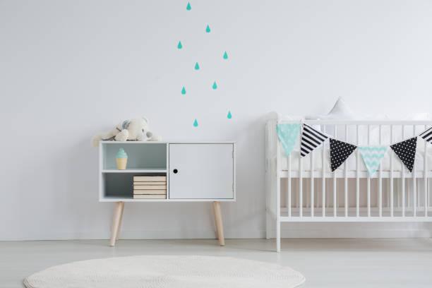 wandsticker im babyzimmer - kinderzimmer wand stock-fotos und bilder