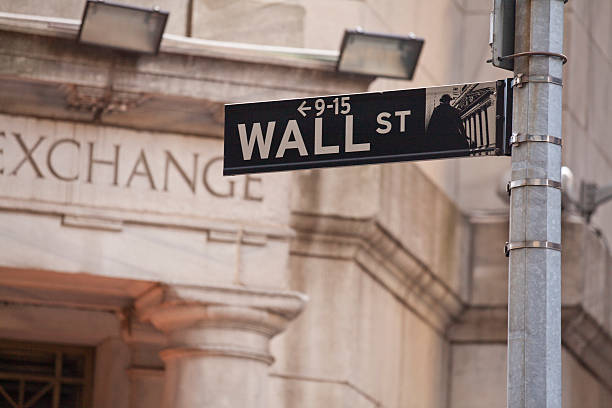 wall street in new york city - wall street lower manhattan stock pictures, royalty-free photos & images