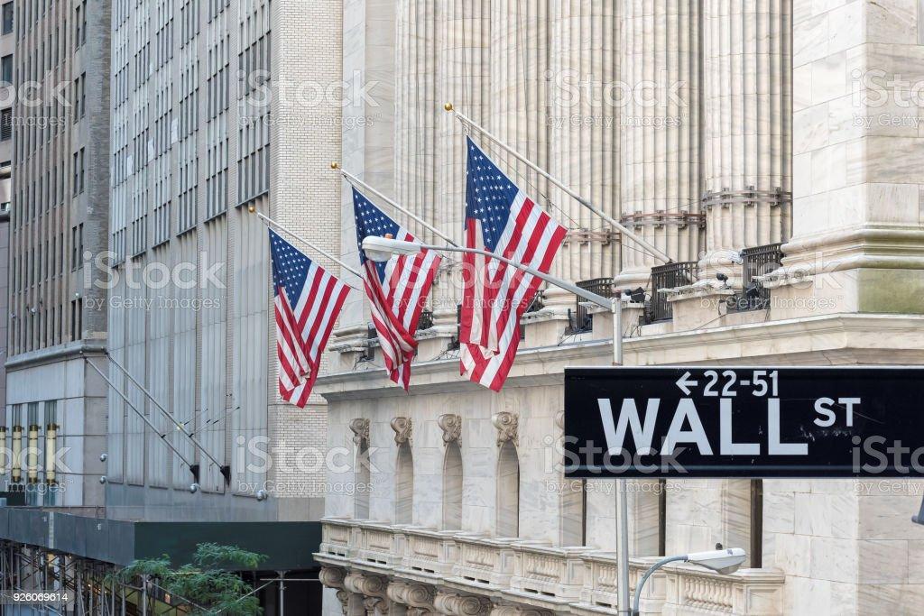 Wall street Cadastre-se na cidade de Nova York com fundo de New York Stock Exchange. - foto de acervo