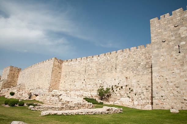 wall surrounding old city jerusalem - versterkte muur stockfoto's en -beelden