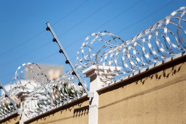 Wall with electrified fence Detalhe de cerca eletrificada em muro que cerca um condomínio fechado no interior de São Paulo gated community stock pictures, royalty-free photos & images