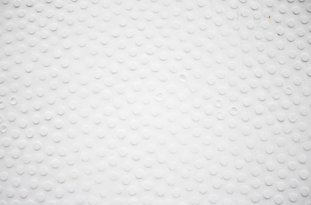 wand mit weißen punkten - fliesen verlegen stock-fotos und bilder