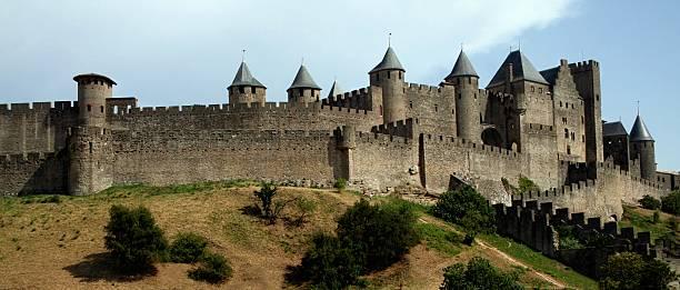 cidadela de carcassonne medieval murado de languedoc roussillion frança preto e branco - castelo - fotografias e filmes do acervo