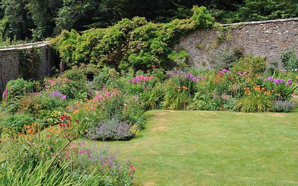 ummauerter garten im sommer hartland, devon, england, großbritannien - steine für gartenmauer stock-fotos und bilder