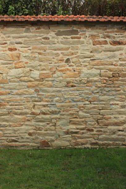 ummauerter garten - steine für gartenmauer stock-fotos und bilder