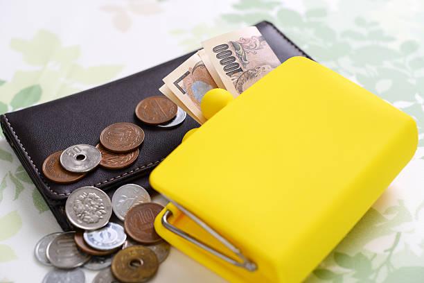 ウォレットにお金  - 財布 ストックフォトと画像