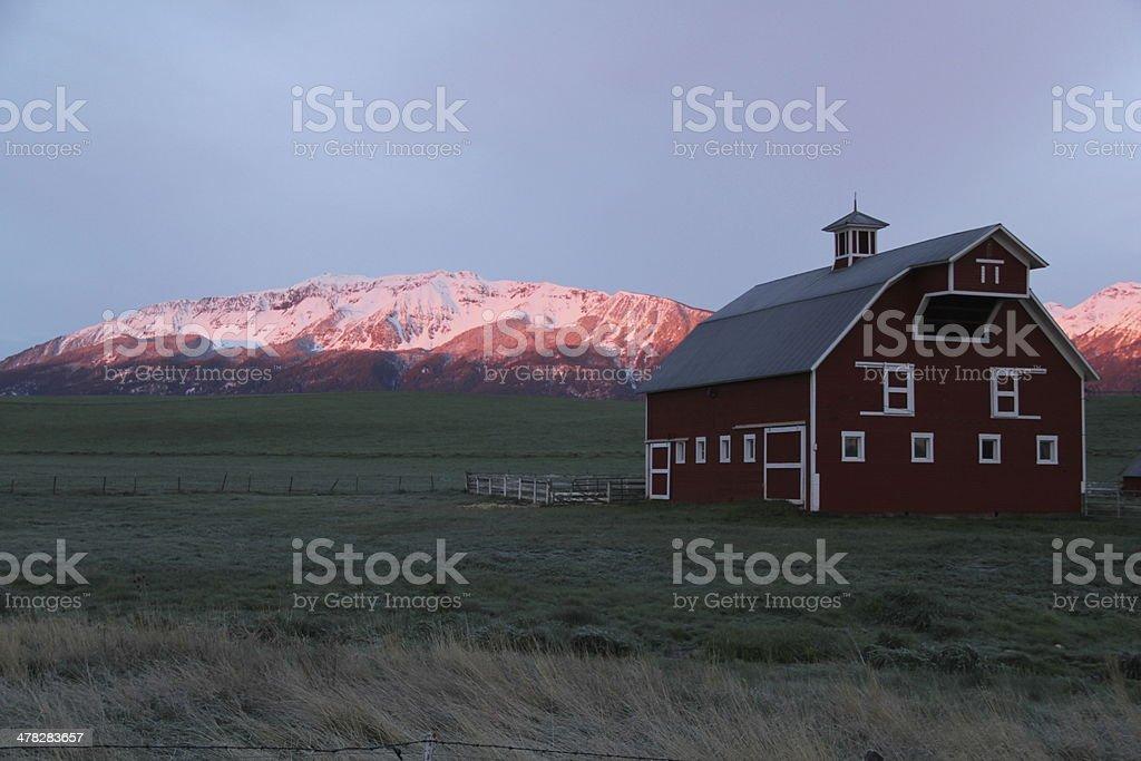 Wallowa Barn en Sunrise foto de stock libre de derechos