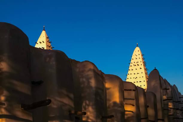 Mauern und Türme der Moschee von Bobo-Dioulasso Gebäude Außenbei Sonnenuntergang, Wahrzeichen von Burkina Faso, Westafrika. – Foto