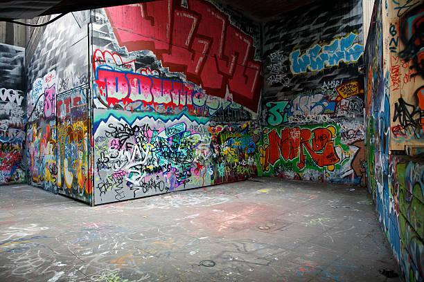 壁にはカラフルなペイントのグラフィティ - street graffiti ストックフォトと画像