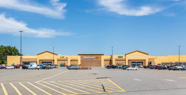 walmart and parking lot, cherryville, nc. - walmart zdjęcia i obrazy z banku zdjęć