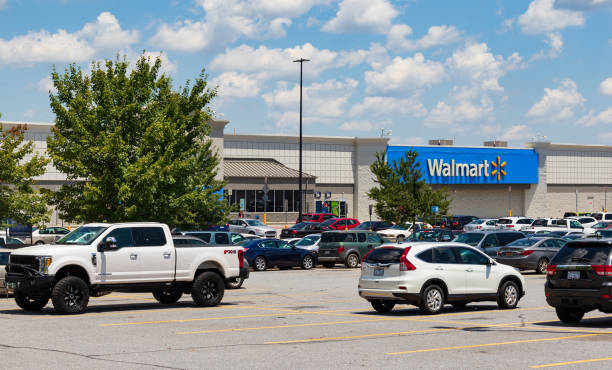 Walmart & busy parking lot Hickory, NC, USA-26 July 18: Walmart superstore branch, showing  a busy parking lot. wal mart stock pictures, royalty-free photos & images