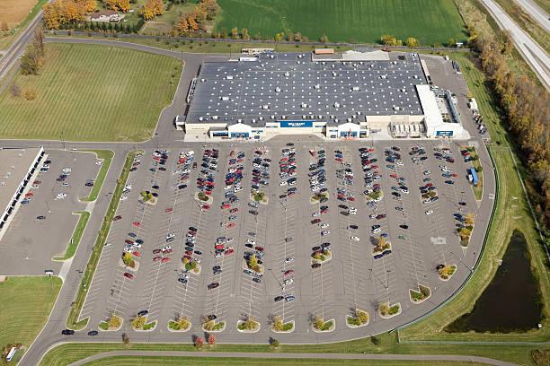 wal-mart handel hurtowy produktami spożywczymi widok z lotu ptaka z parkingu - walmart zdjęcia i obrazy z banku zdjęć