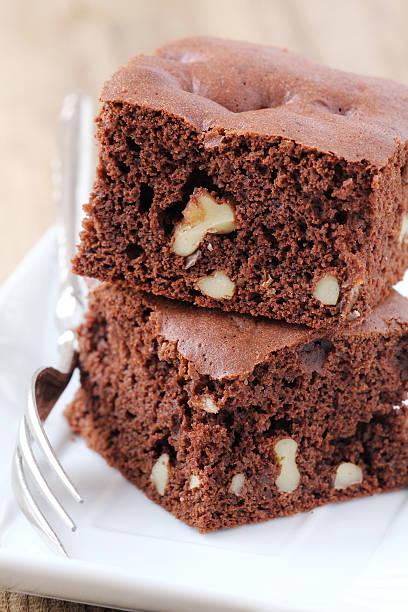 walnuss-brownies - schokoladen biskuitkuchen stock-fotos und bilder
