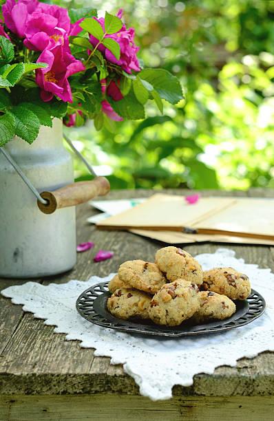 walnut cookies auf garten-tisch - spitzenkekse stock-fotos und bilder