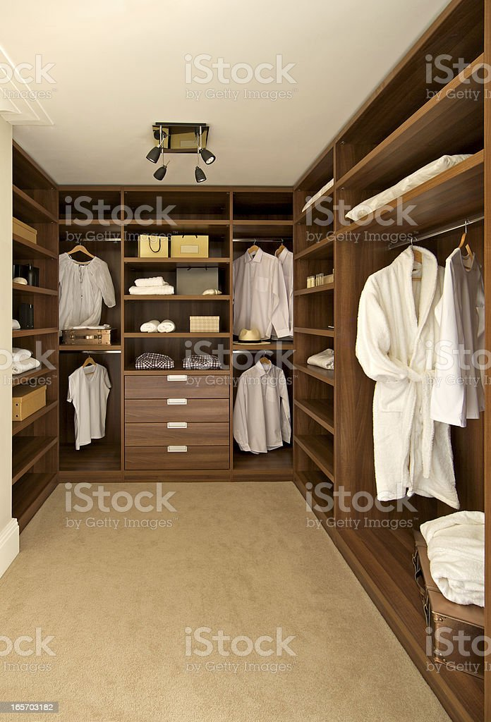 walnut armário closet - foto de acervo