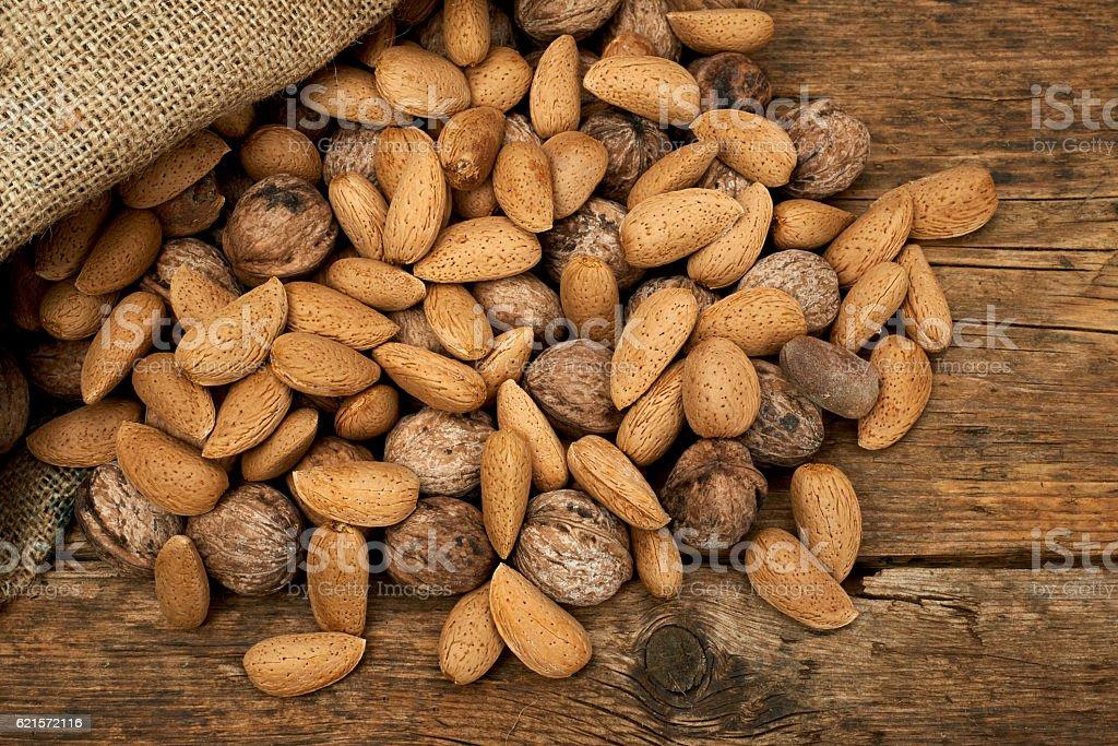 Walnuts and almonds in a burlap bag photo libre de droits