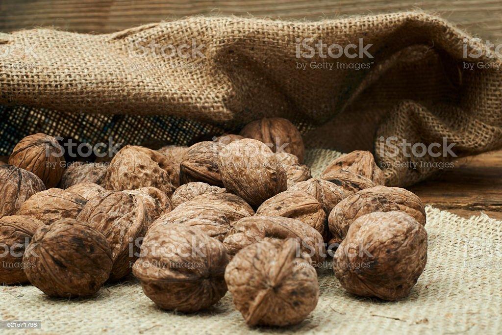 Walnuts in a burlap bag photo libre de droits