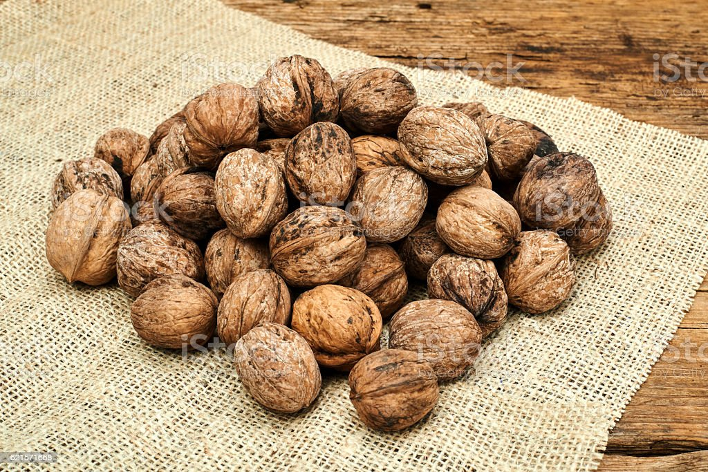 Walnuts on a burlap background. photo libre de droits