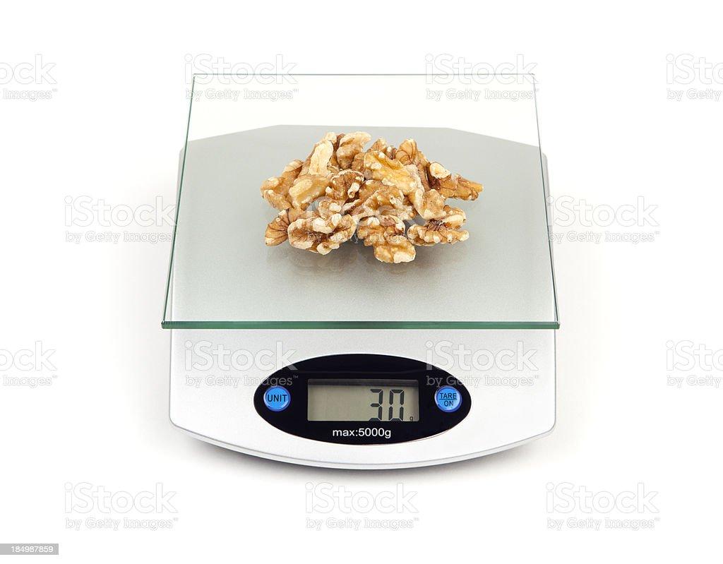 Nueces en la dieta escala - foto de stock